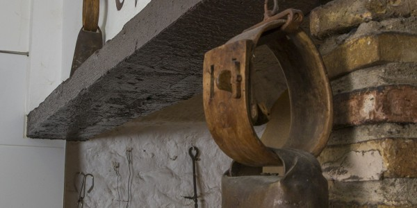 El racó de l´Àngel, la llar de la brasa al fons de la cuina